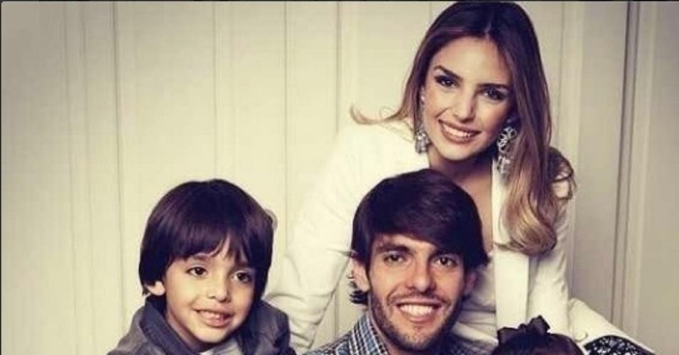 Carol Celico põe fim aos rumores de fim do relacionamento com Kaká e posta da foto da família feliz