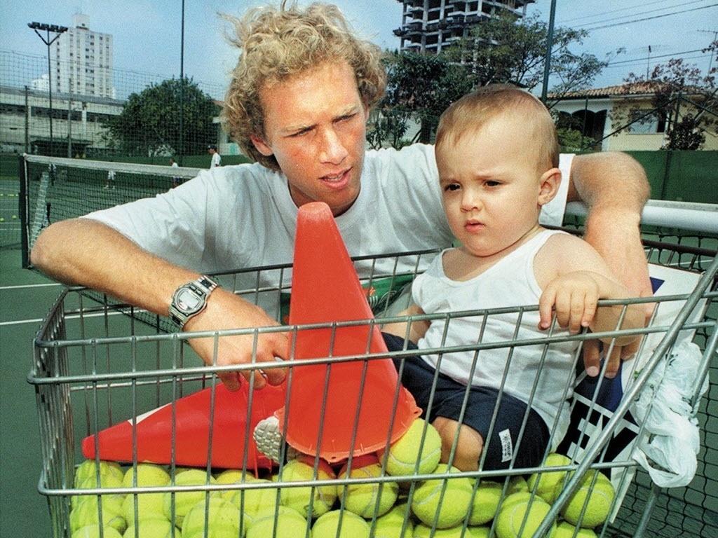 Jaime Oncins com o filho em inauguração de academia em 1999