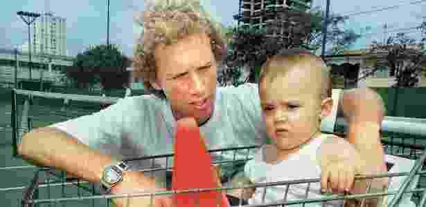Jaime Oncins com o filho em inauguração de academia em 1999 - Lili Martins/Folhapress
