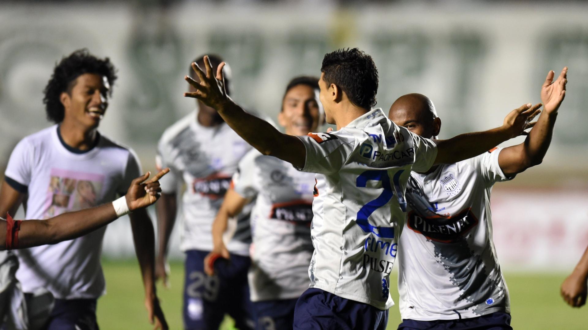 Jogadores do Emelec comemoram vitória nos pênaltis sobre o Goiás no Serra Dourada