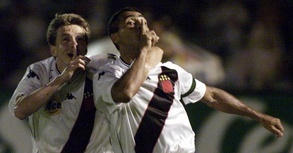 Romário e Juninho Paulista comemoram vitória do Vasco sobre o Palmeiras na final da Mercosul de 1999