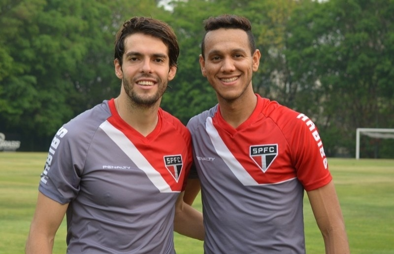 17. out. 2014 - Kaká e Souza, do São Paulo, posam juntos após retornarem da seleção brasileira