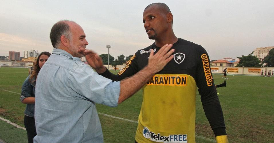 Presidente Maurício Assumpção cumprimenta Jefferson em treinamento do Botafogo