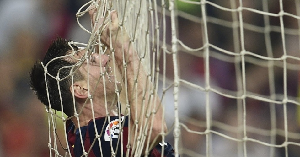 18.out.2014 - Messi cai na rede do gol após marcar para o Barcelona na partida contra o Eibar