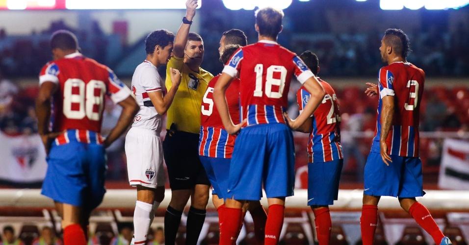 Ao lado de Paulo Henrique Ganso, árbitro Marcelo de Lima Henrique adverte jogador do Bahia