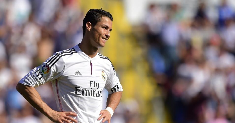 Cristiano Ronaldo sorri durante jogo do Real Madrid