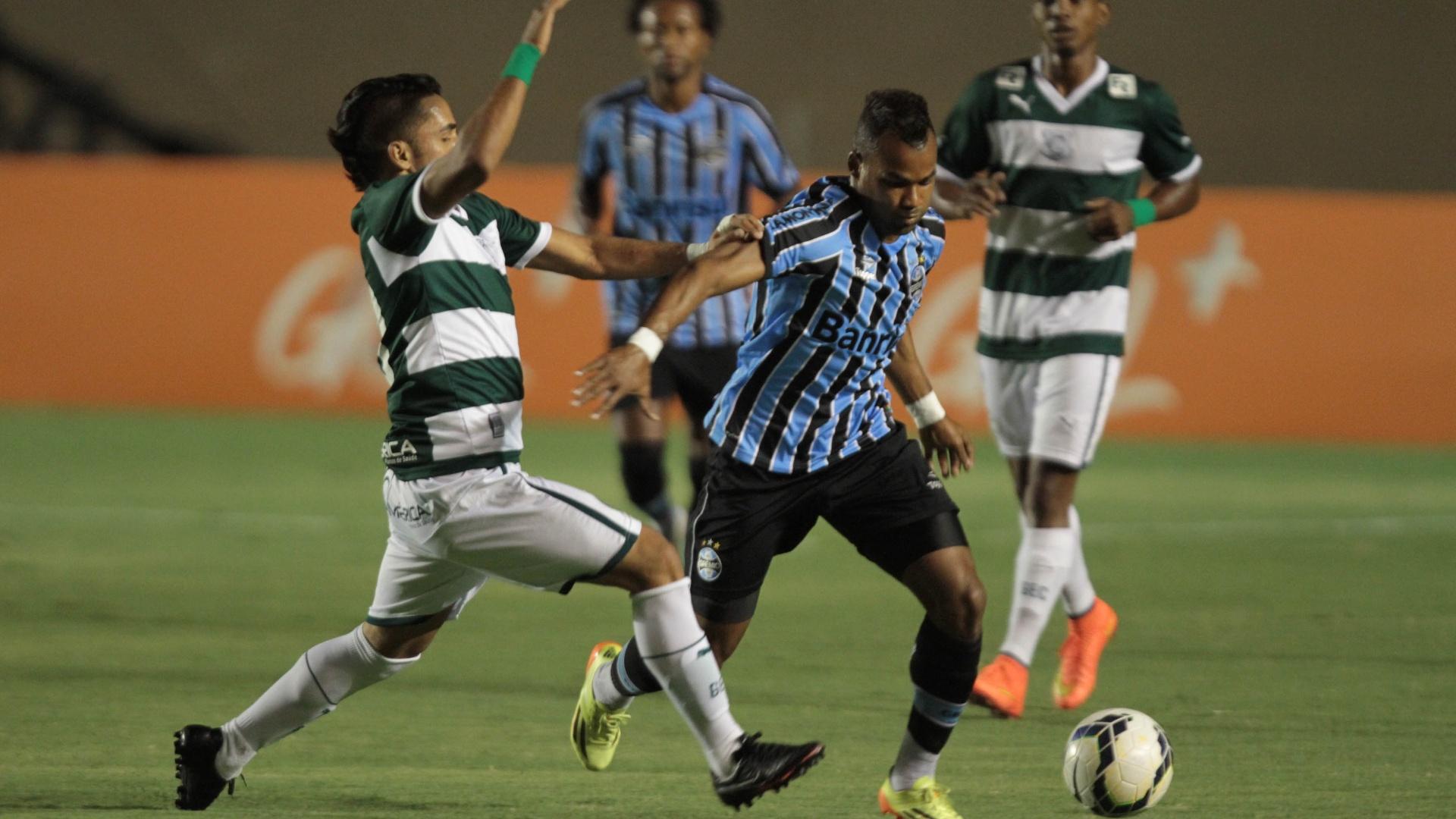 Fernandinho, do Grêmio, escapa da marcação do Goiás em jogo no Estádio Serra Dourada