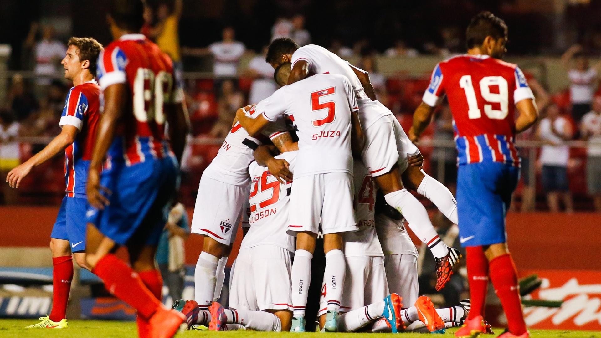 Gol de Rogério foi muito comemorado pelos jogadores do São Paulo no Morumbi
