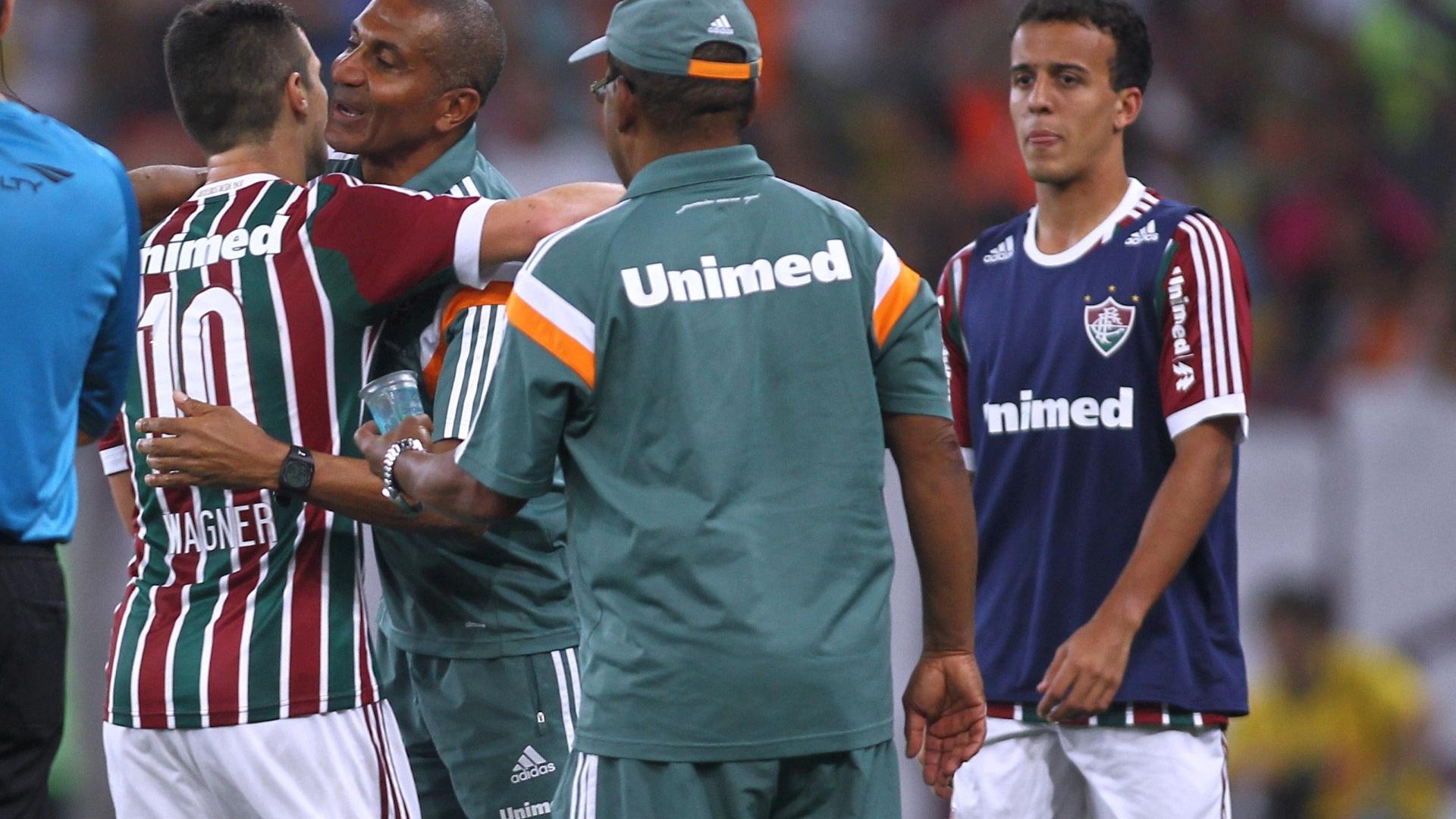 Jogadores do Fluminense comemoram gol ao lado do técnico Cristóvão Borges