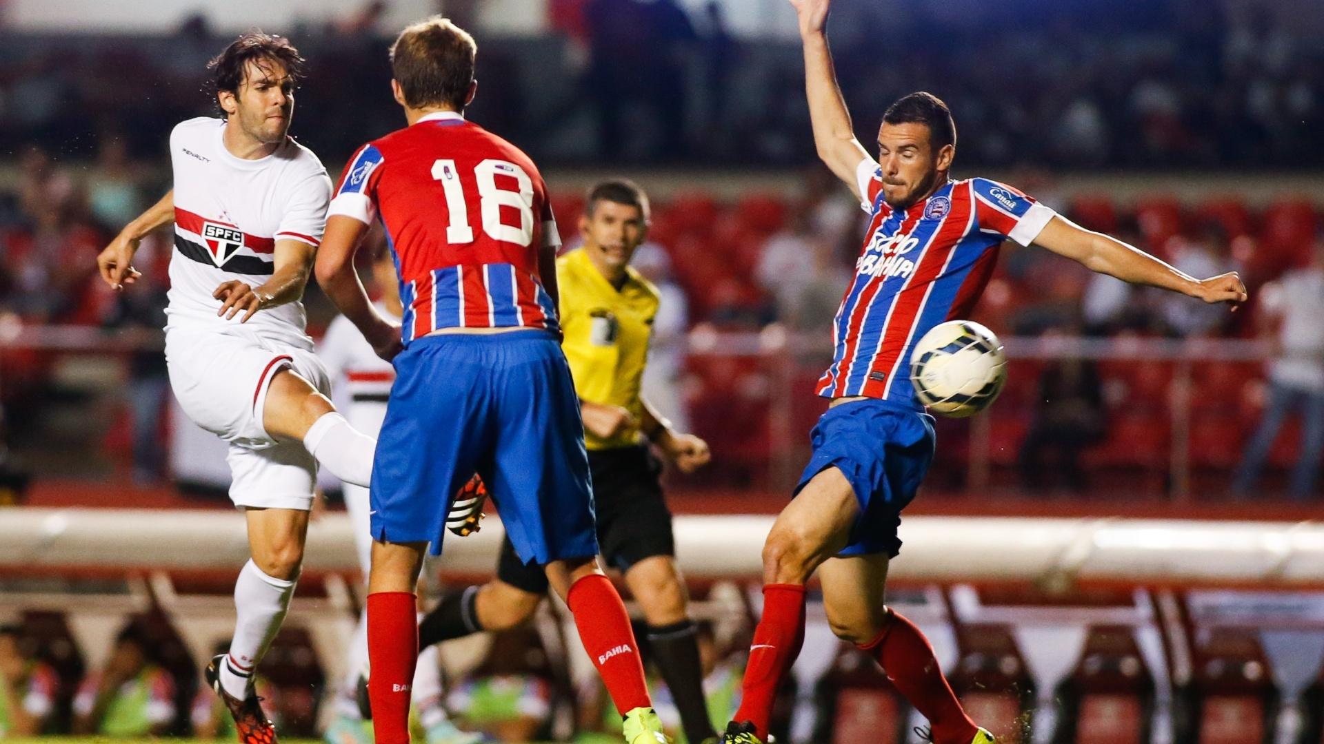 Kaká arrisca chute contra a marcação do Bahia
