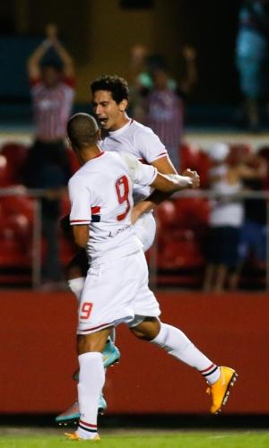 Na comemoração, Paulo Henrique Ganso foi abraçado por Luís Fabiano