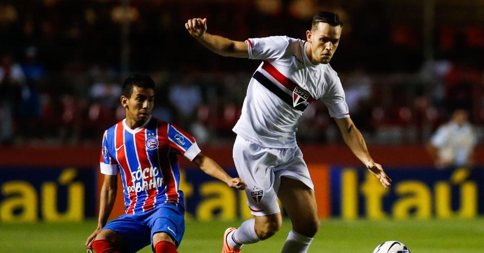 Rafael Tolói protege a bola e tenta arrancada contra o Bahia