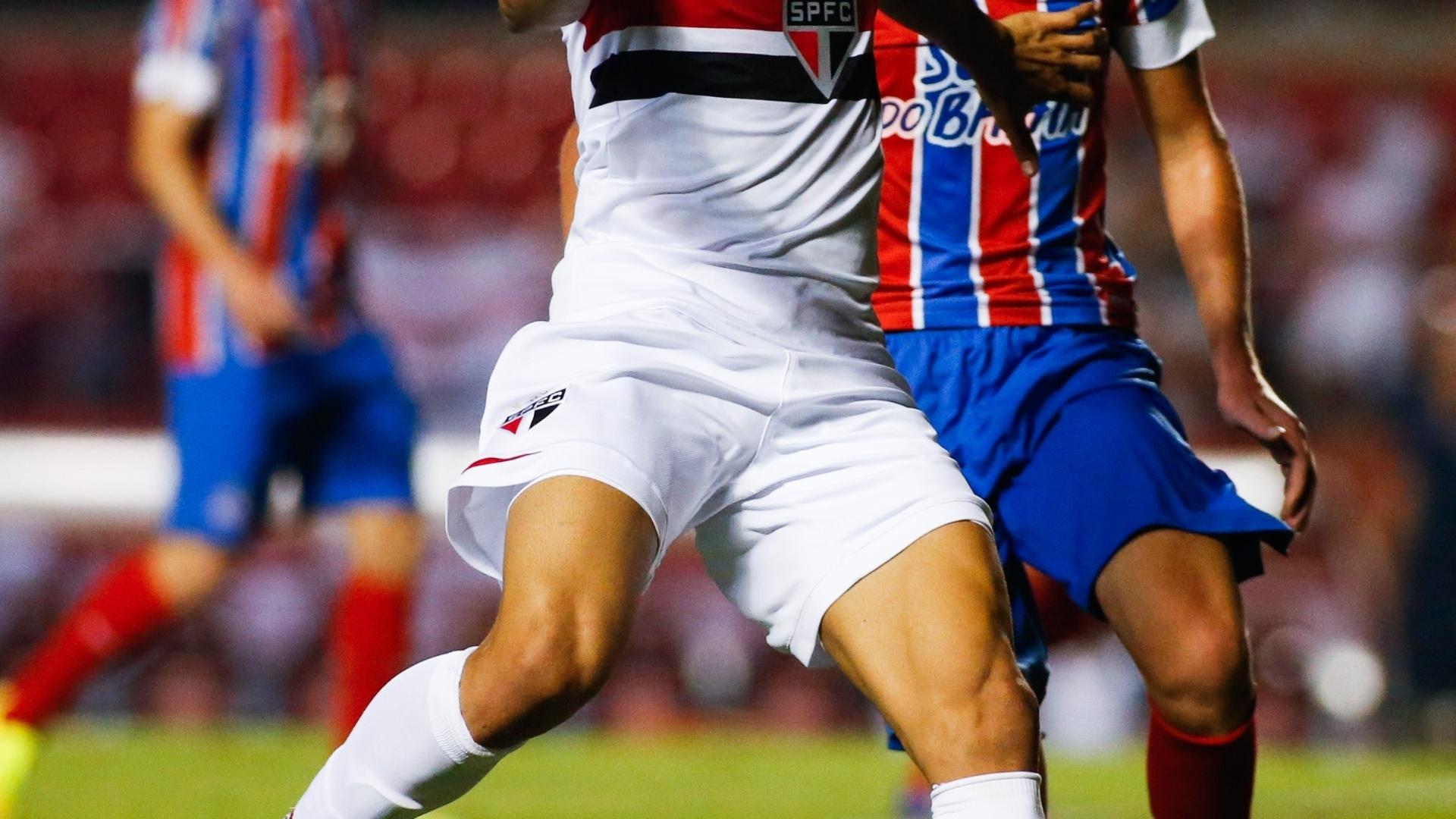 Souza protege bola da marcação do time do Bahia