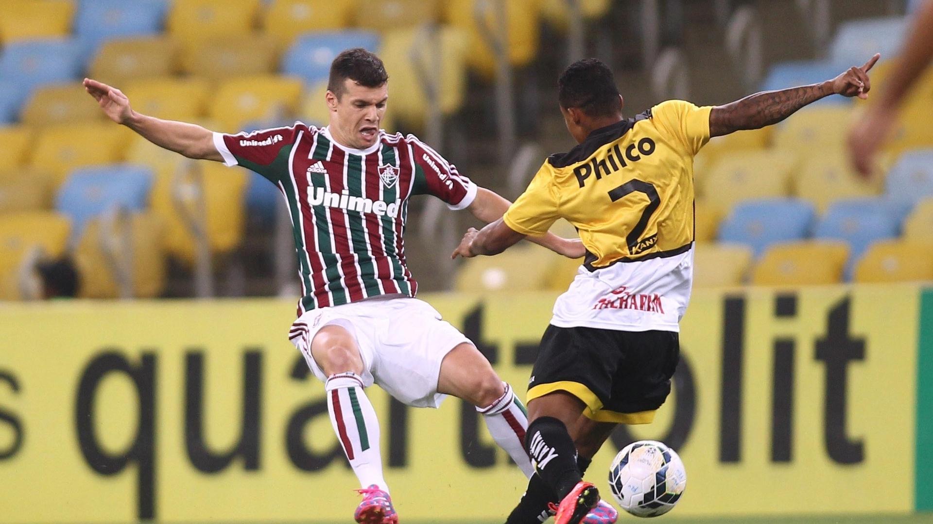 Wagner (Fluminense) e Eduardo (Criciúma) dividem no meio de campo