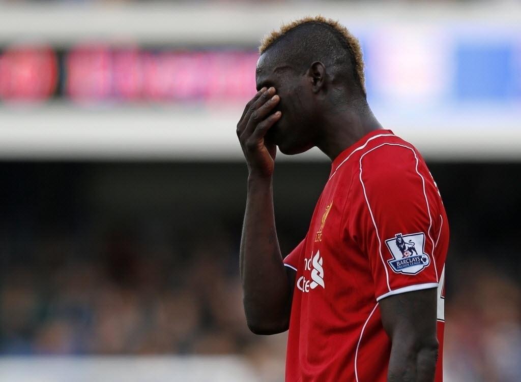 19.out.2014 - Balotelli lamenta erro na partida entre Liverpool e o Queens Park Rangers no Campeonato Inglês