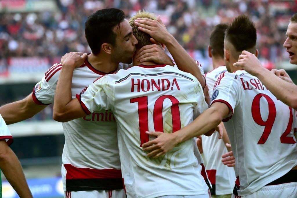 19.out.2014 - Jogadores do Milan comemoram gol de Honda na partida contra o Hellas Verona pelo Campeonato Italiano