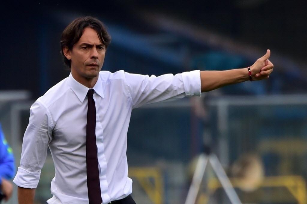 19.out.2014 - Técnico do Milan, Filippo Inzaghi orienta o time durante o jogo contra o Hellas Verona pelo Campeonato Italiano