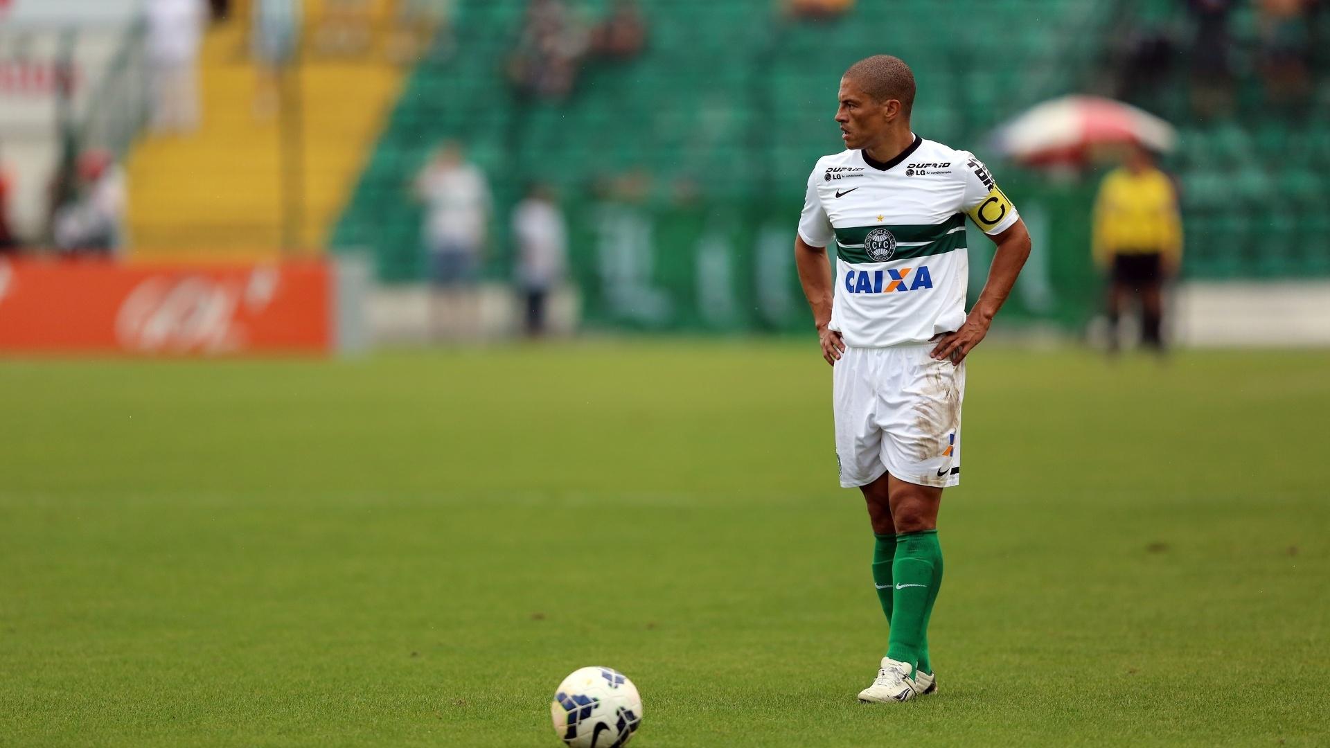 Alex se prepara para cobrança de falta durante partida entre Coritiba e Figueirense pelo Brasileiro