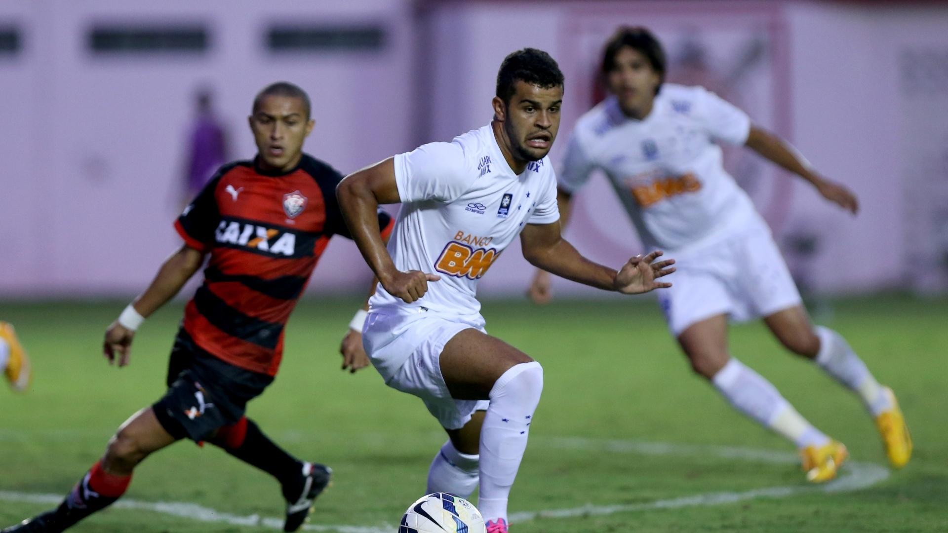 Alisson protege a bola em jogada do Cruzeiro