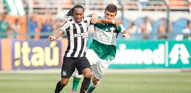 Arouca protege a bola durante clássico entre Santos e Palmeiras no Pacaembu