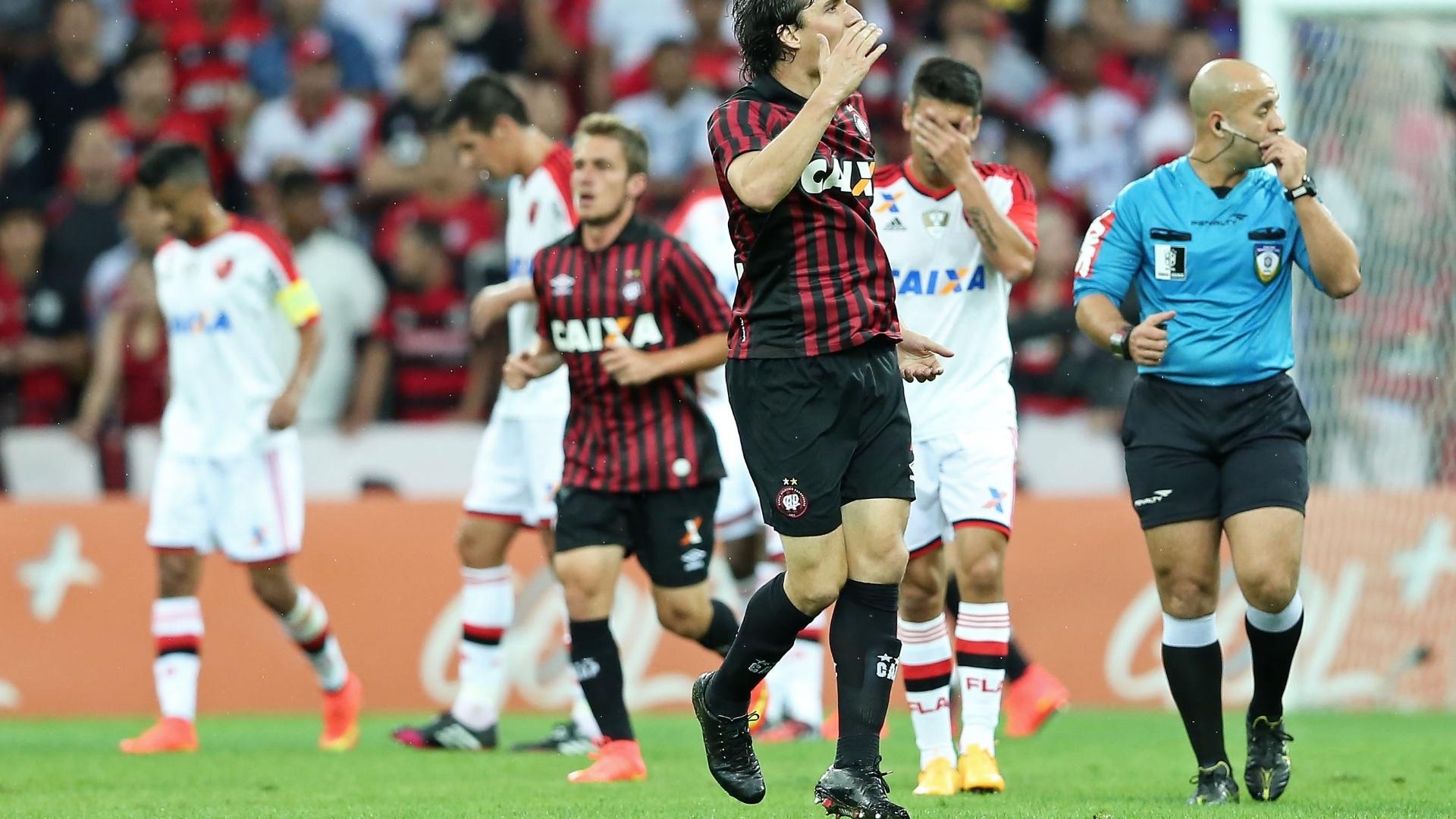 Atlético-PR virou o placar ainda no primeiro tempo, graças aos gols de Cléo