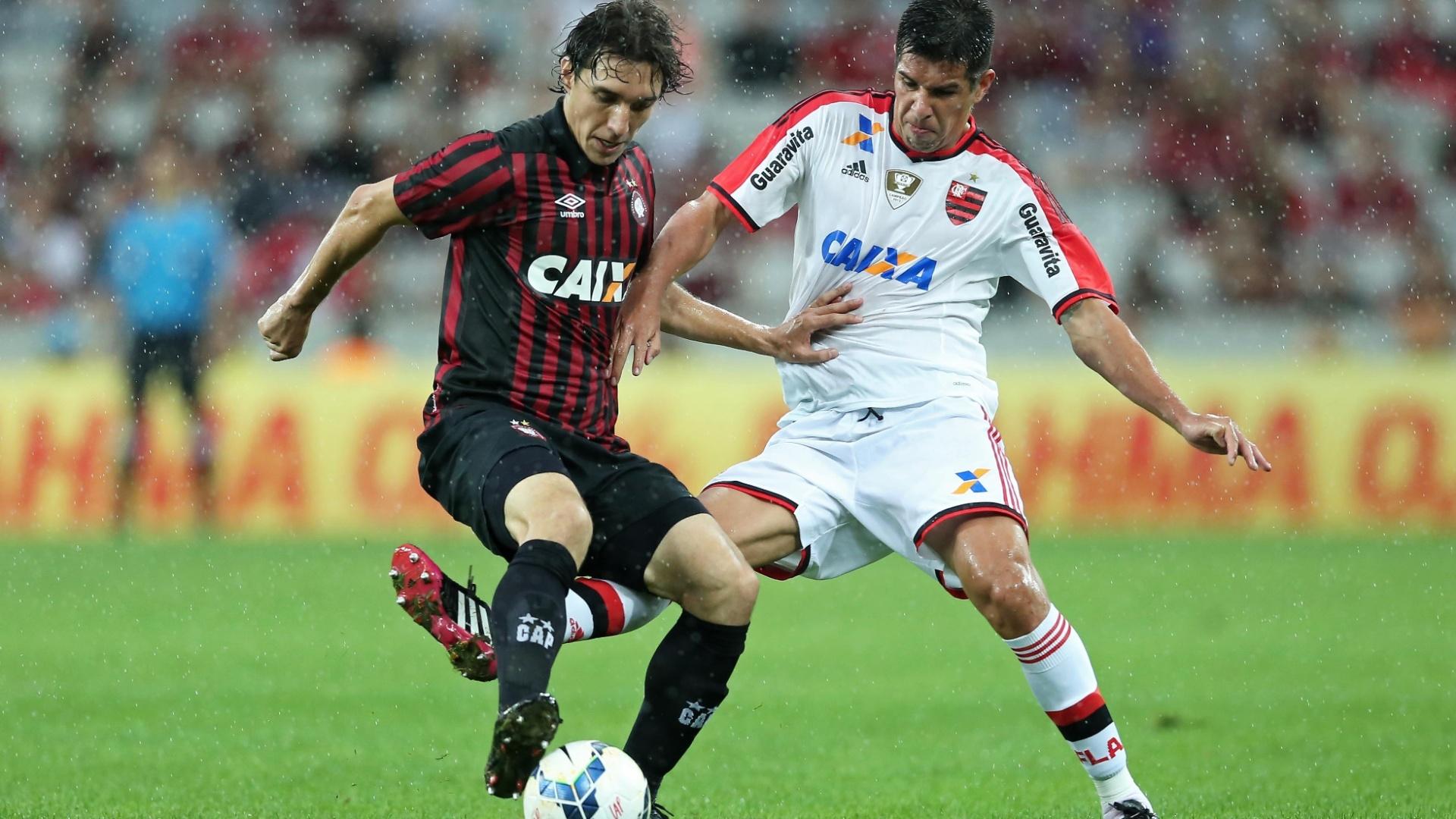 Cléo (Atlético-PR) e Victor Cáceres (Flamengo) duelam pela posse de bola