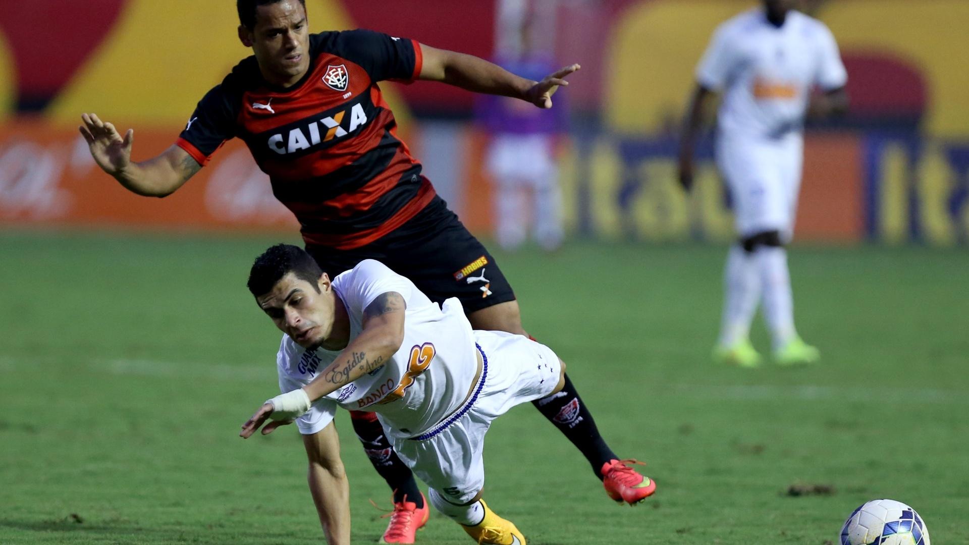 Egídio (Cruzeiro) leva a pior em dividida com Marcinho (Vitória)