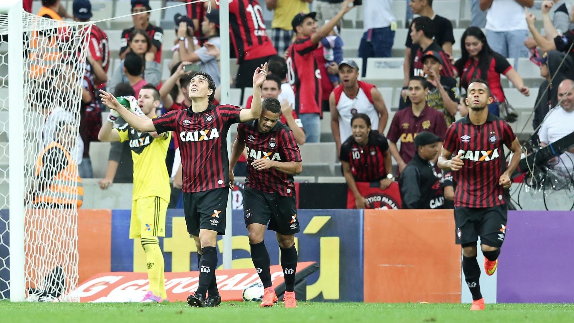 Gols de Cléo asseguraram resultado para o Atlético-PR diante do Flamengo
