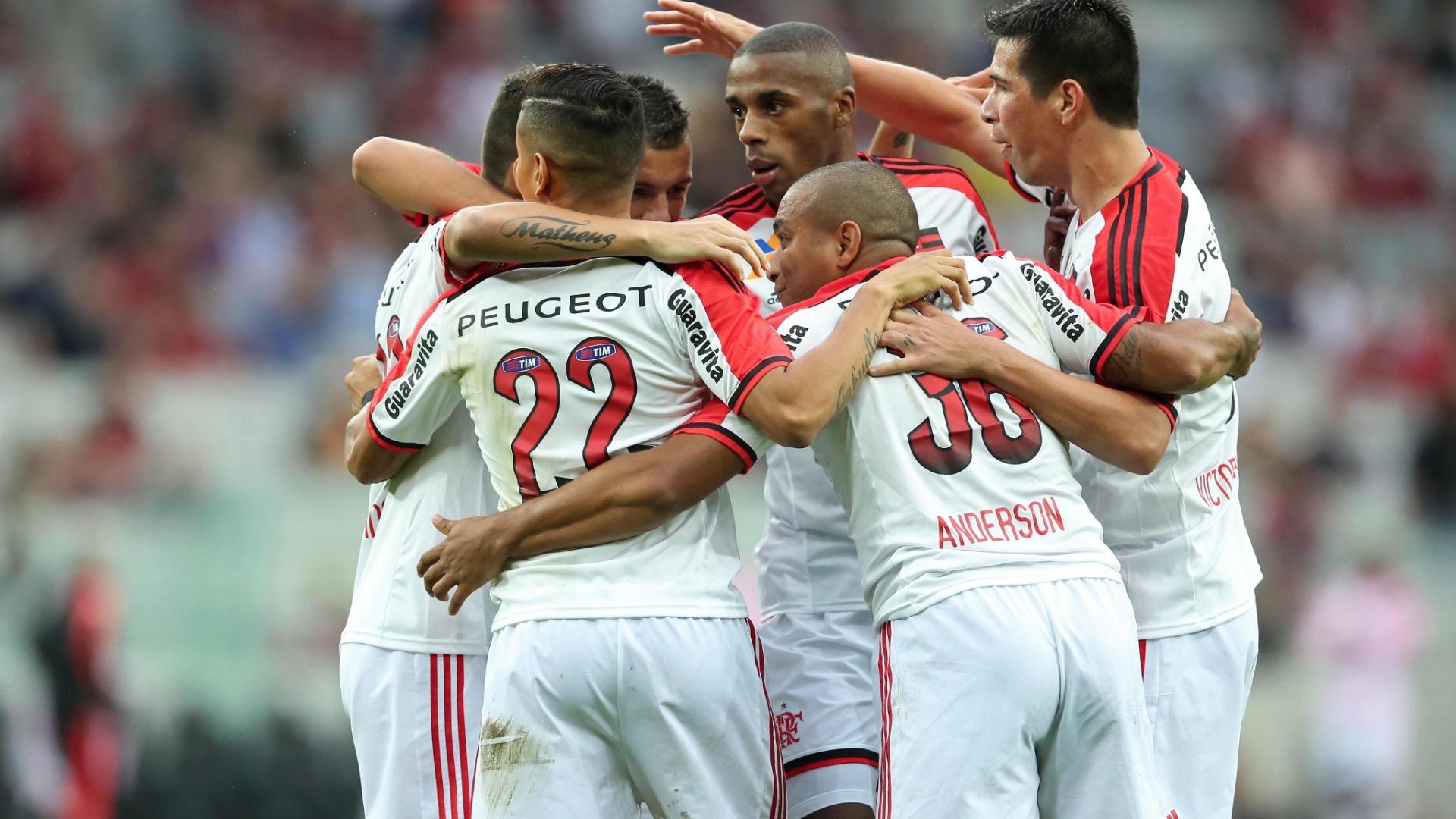 Jogadores do Flamengo comemoram o gol de Everton no primeiro tempo em Curitiba