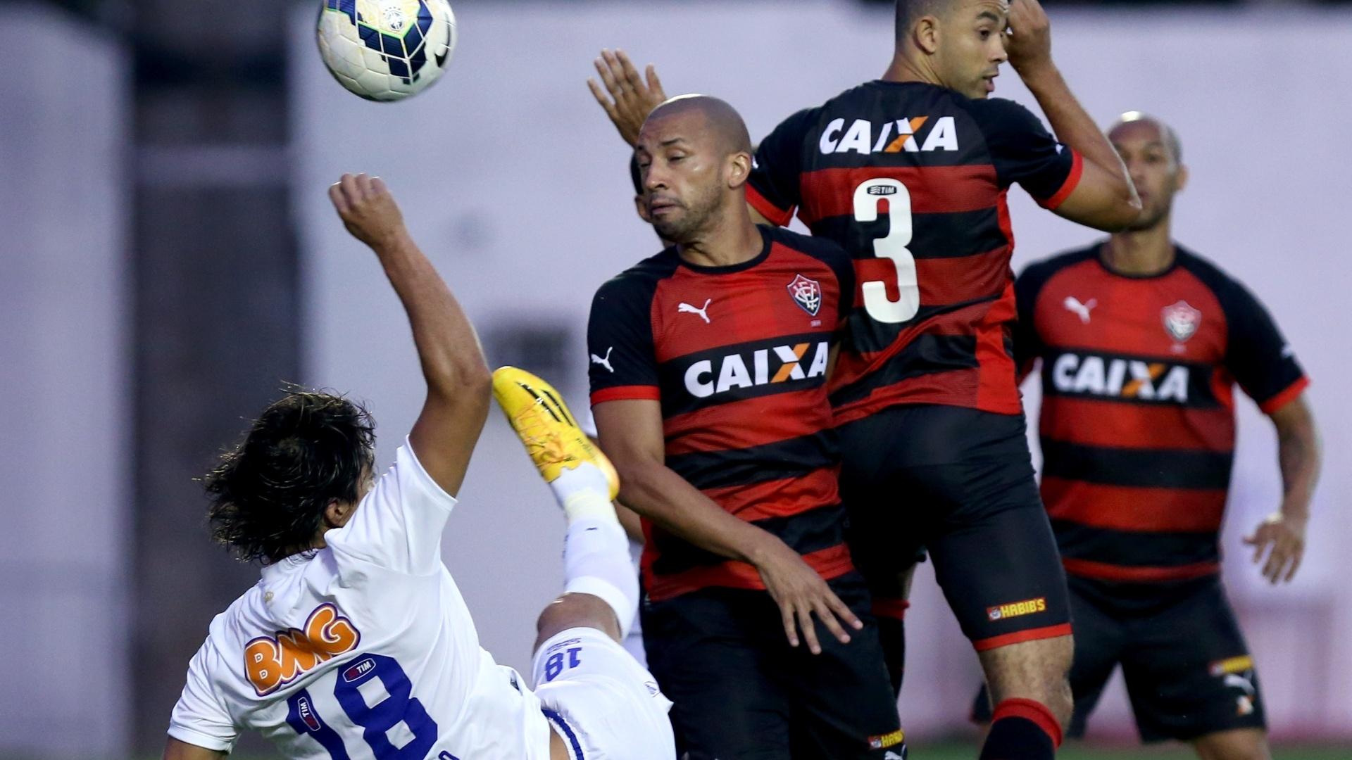 Marcelo Moreno tenta chute acrobático contra o Vitória