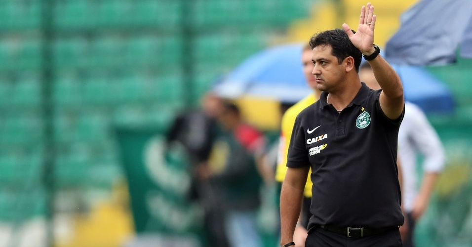 Marquinhos Santos, técnico do Coritiba, orienta a equipe durante jogo contra o Figueirense