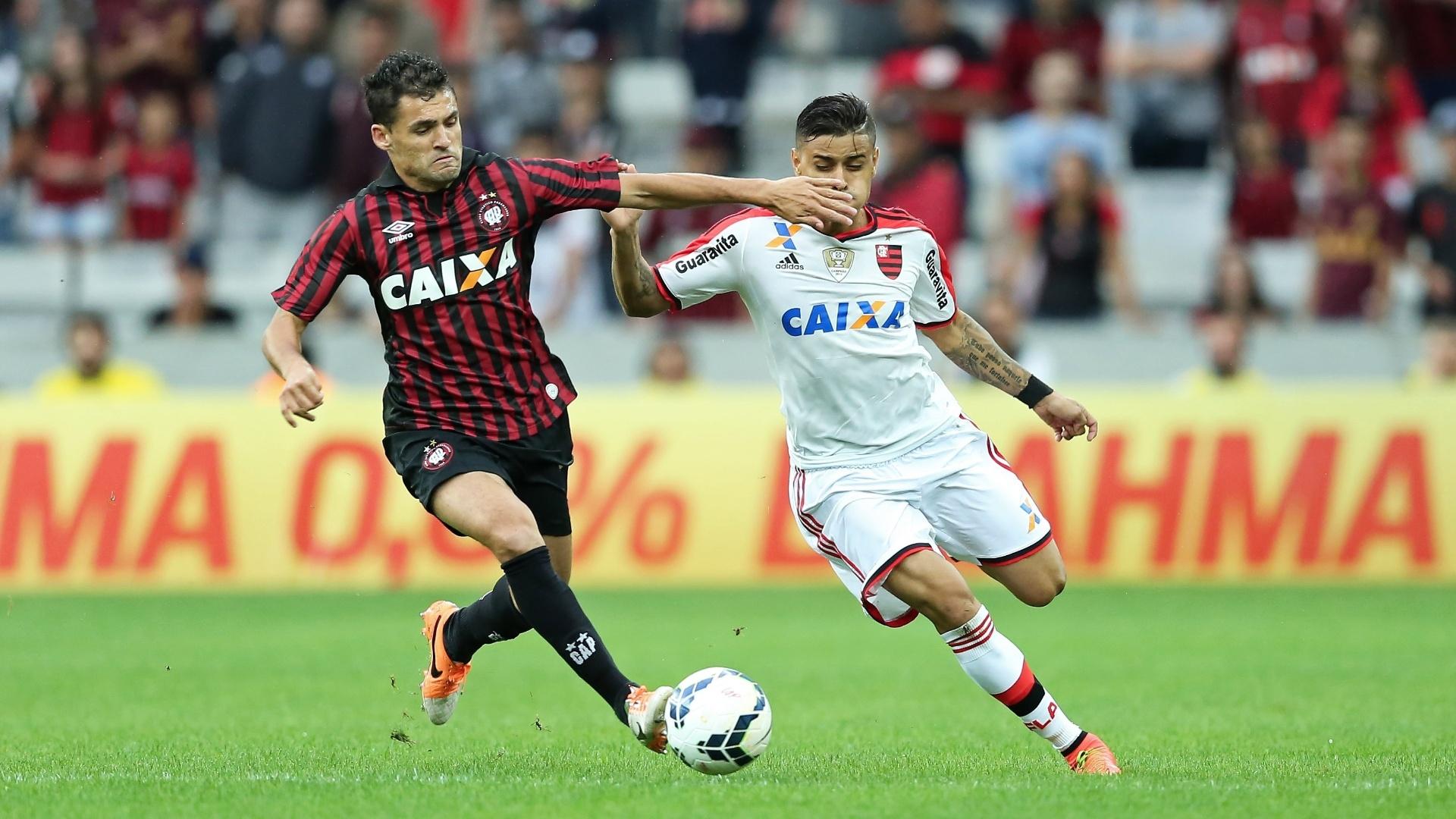 Paulinho Dias (Atlético-PR) e Everton (Flamengo) disputam a bola na Arena da Baixada
