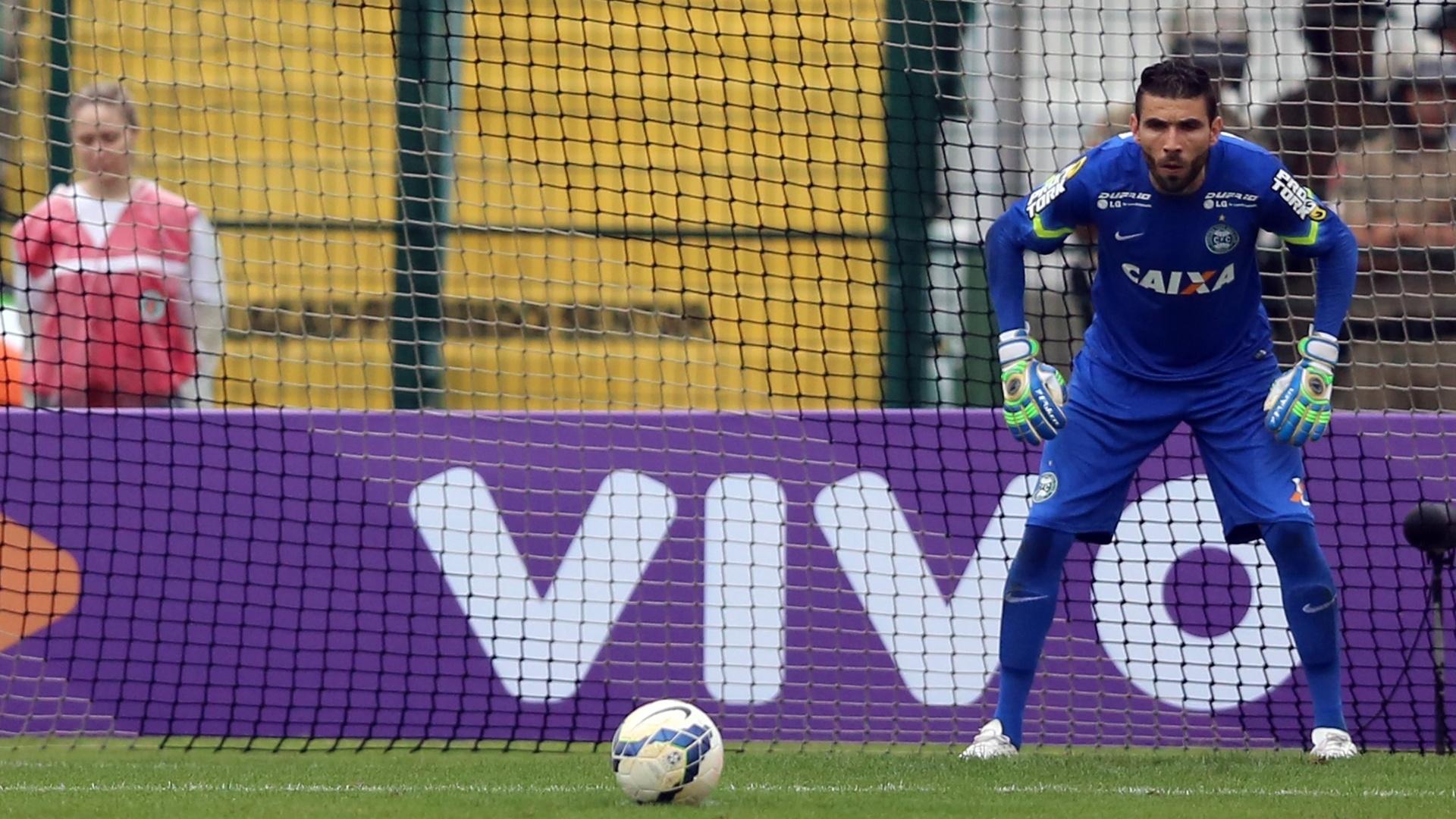 Vanderlei, goleiro do Coritiba, se concentra para tentar defender pênalti no jogo contra o Coritiba