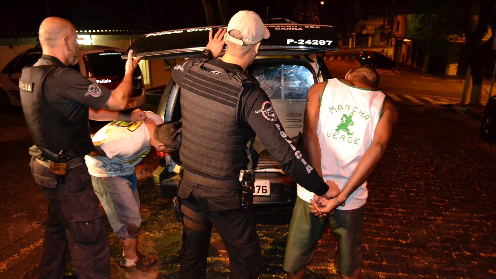 20.out.2010 - Integrantes de torcida organizada do Palmeiras são presos após briga com torcedores santistas na rodovia Anchieta