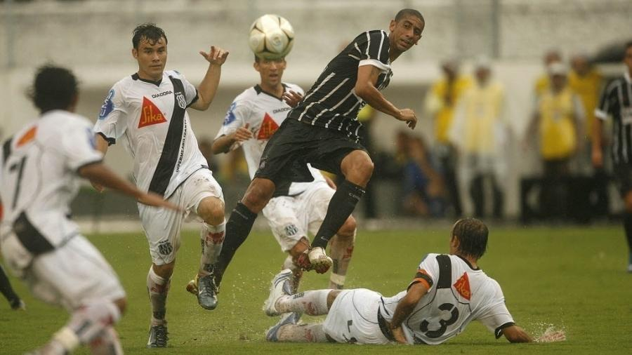 Acosta em ação pelo Corinthians no jogo contra a Ponte Preta pela Série B de 2008 - Ricardo Nogueira/Folhapress