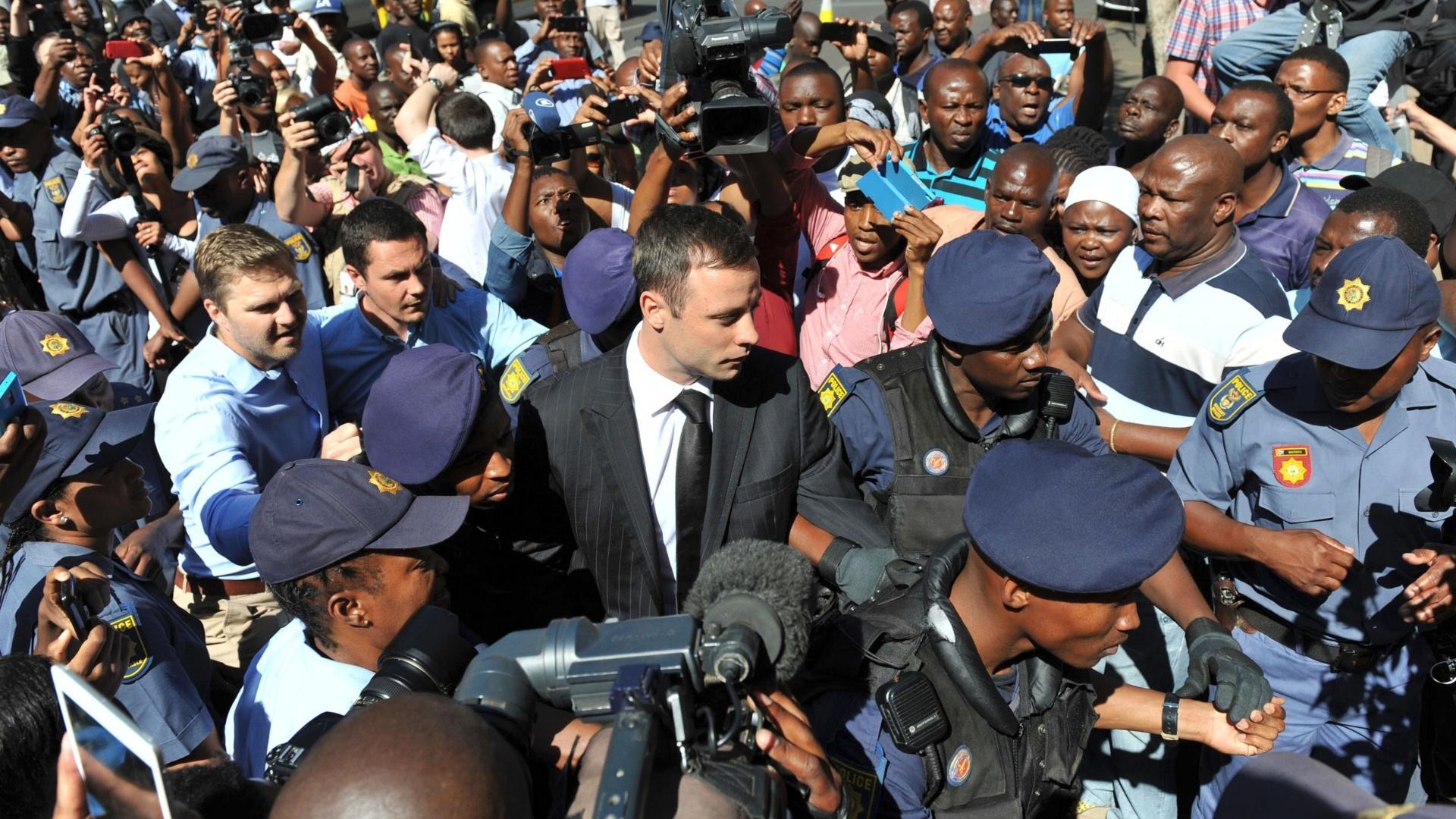 21.out.2014 - Sob forte esquema de segurança, Oscar Pistorius é levado ao tribunal em Pretoria, para ouvir sua sentença. Ele foi condenado por homicídio culposo na morte da ex-namorada
