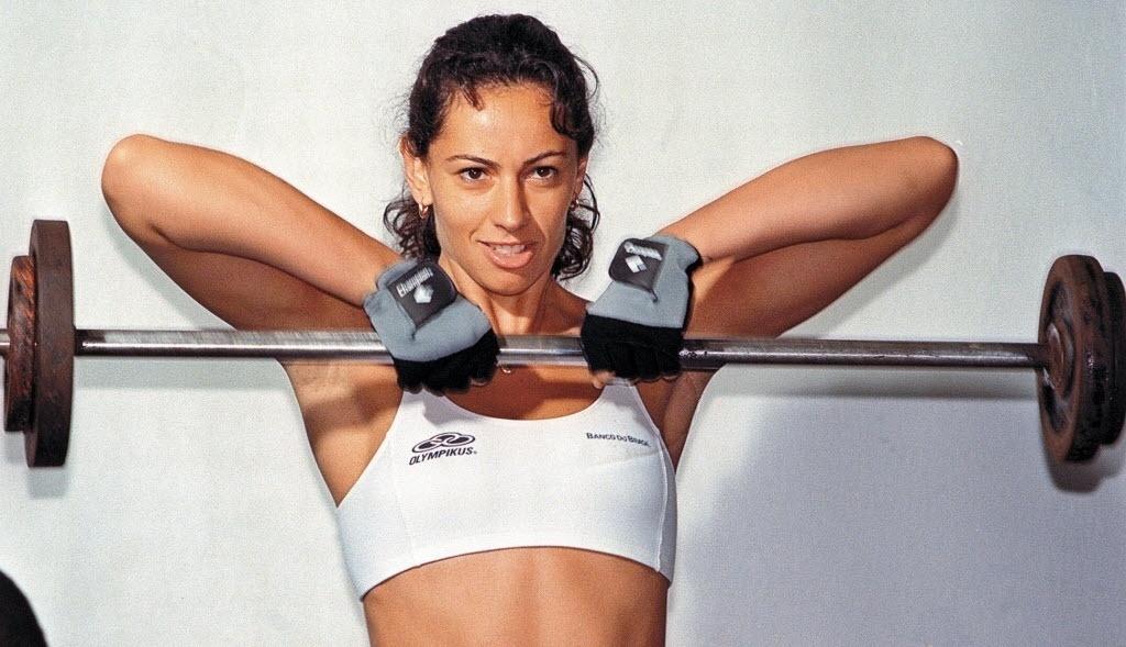 A ex-jogadora ergue peso durante treinamento da seleção brasileira em 1998