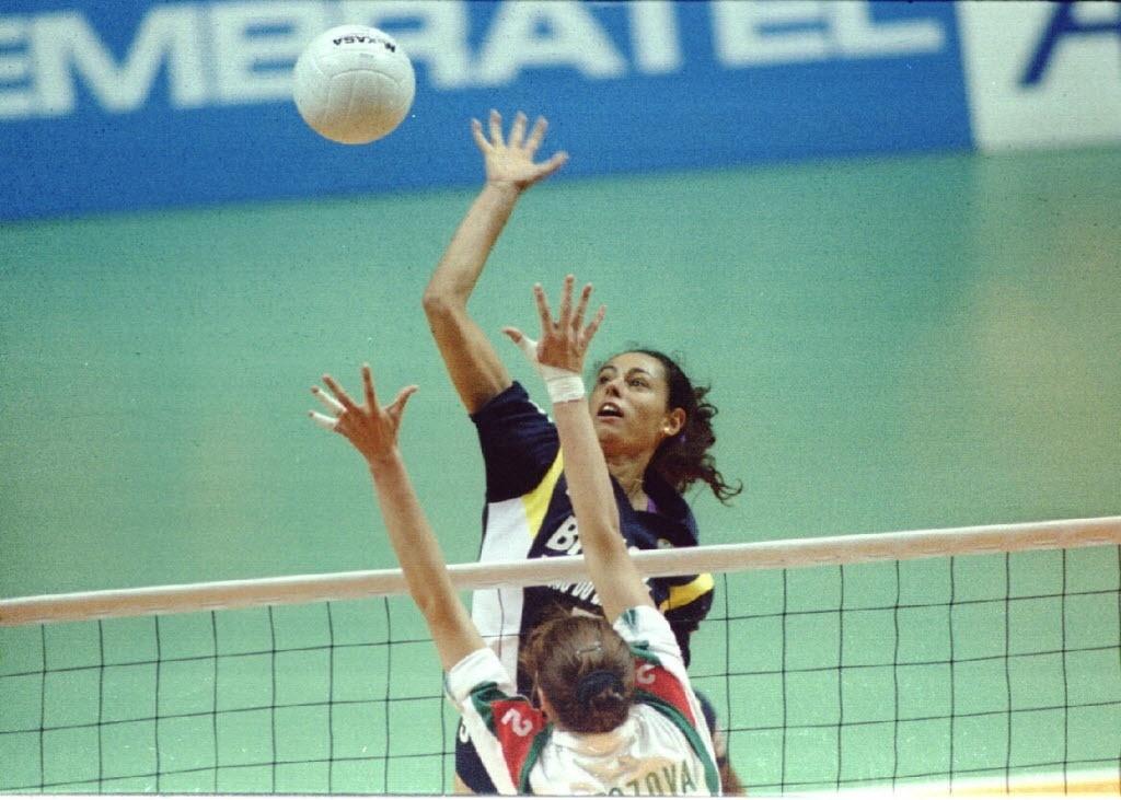Ana Paula ataca pelo meio de rede em partida diante de Cuba pelo Campeonato Mundial de vôlei de 1994