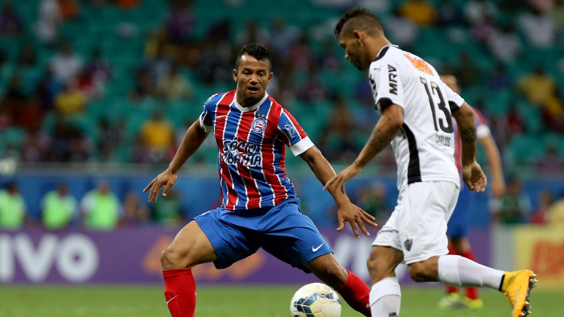 Carlos encara a marcação do Bahia em jogo pelo Campeonato Brasileiro