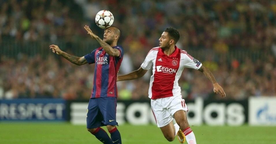 Daniel Alves cabeceia a bola para o Barcelona em jogo contra o Ajax pela Liga dos Campeões