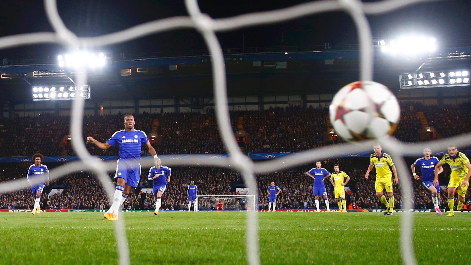 Drogba, atacante do Chelsea, cobra pênalti no jogo contra o Maribor, pela Liga dos Campeões