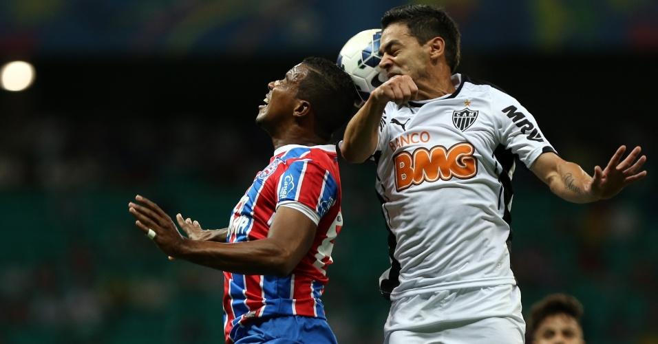 Josué e Marcos Aurélio disputam bola de cabeça no jogo entre Bahia e Atlético-MG