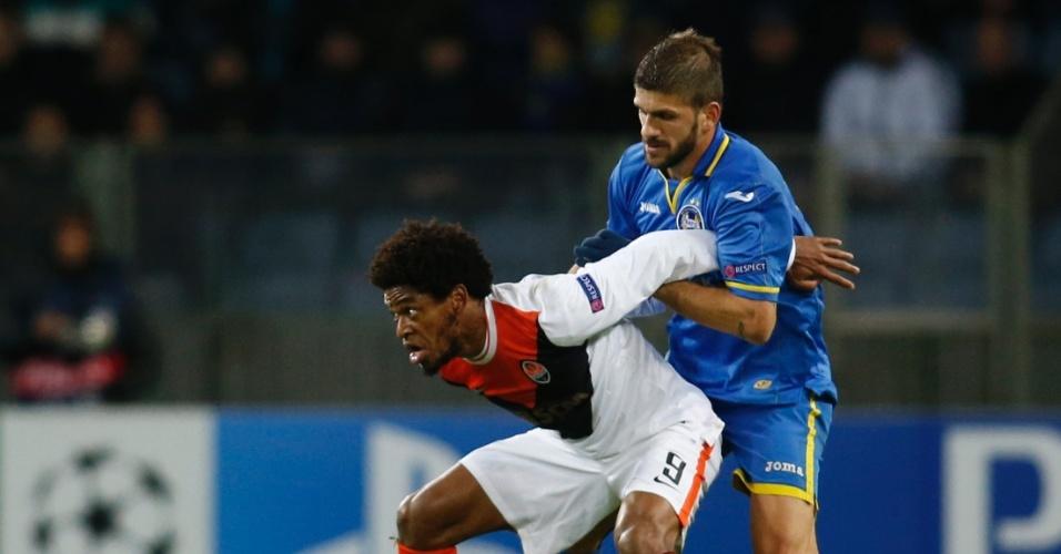 Luiz Adriano protege a bola durante jogo do Shakhtar Donetsk contra o Bate