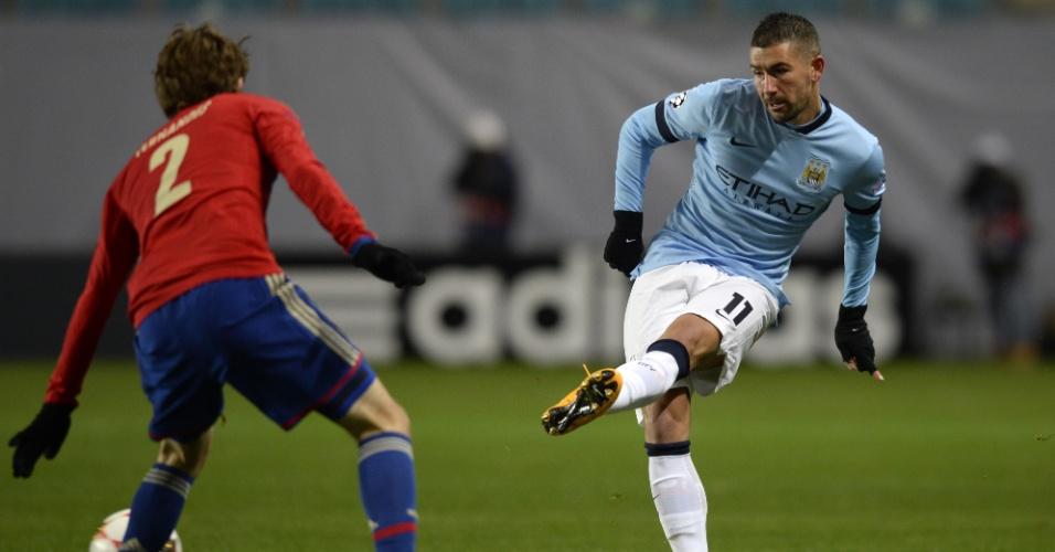 Mário Fernandes (vermelho) tenta impedir passe de Kolarov, do Manchester City