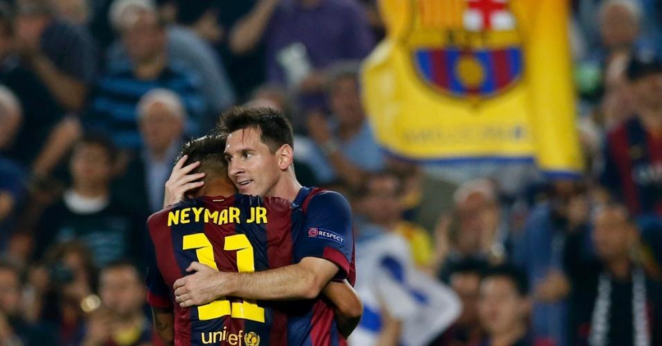 Neymar e Messi, atacante dos Barcelona, se abraçam depois de um dos gols na vitória sobre o Ajax, pela Liga dos Campeões