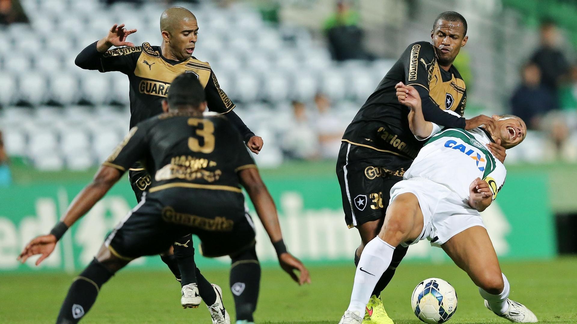 Alex tenta se manter em pé enquanto é marcado por Airton, do Botafogo, durante Coritiba x Botafogo, pelo Brasileirão