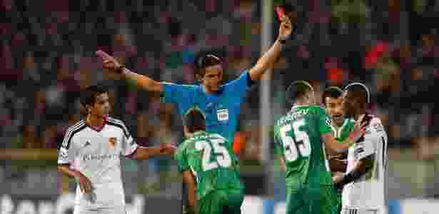 Auxílio de vídeo só poderá ser usado em quatro casos: após gol, em ação de pênalti, em caso de expulsão ou para corrigir um erro de identidade de um jogador punido - STOYAN NENOV / REUTERS