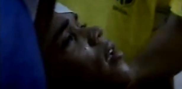 Elivélton atendido no vestiário do Defensores del Chaco após pedrada