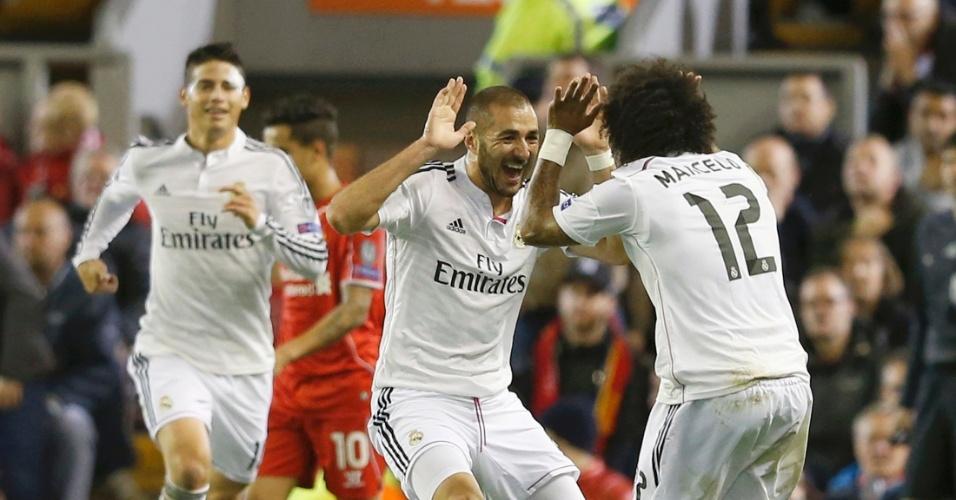 Karim Benzema (centro) comemora seu segundo pelo Real Madrid com brasileiro Marcelo