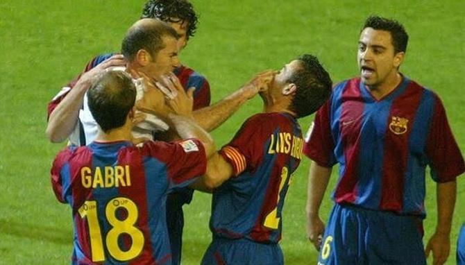 Luis Enrique se desentende com Zidane em clássico da temporada 2002-03 do Espanhol